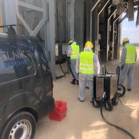 Sprzątanie po wypadku w Tarnowie